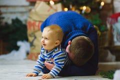 Bringen Sie Spiele mit dem Kind im Hauptfeiertags-Leben hervor Stockbilder