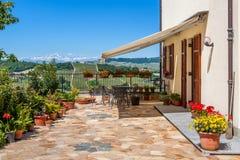 Bringen Sie Terrasse mit Ansicht über Hügel in Italien unter. Lizenzfreie Stockfotos