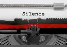 Bringen Sie Text durch die alte Schreibmaschine auf Weißbuch zum Schweigen lizenzfreie stockfotografie