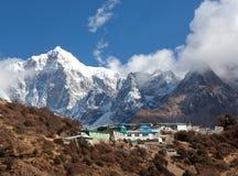 Bringen Sie Thamserku und Dorf auf dem Weg zu niedrigem Lager Everest an Lizenzfreies Stockbild