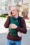 Bringen Sie tragendes Baby im Riemen oder ergo im Rucksack hervor stockfotografie
