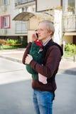 Bringen Sie tragendes Baby im Riemen oder ergo im Rucksack hervor stockbild