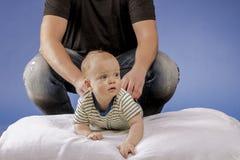 Bringen Sie und das Kind auf der weißen Decke hervor Stockfoto