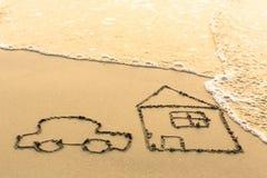 Bringen Sie und eine Autozeichnung auf dem Strandsand unter Lizenzfreie Stockbilder