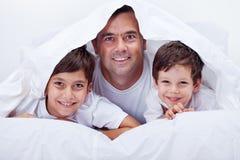Bringen Sie und seine Söhne hervor, die zusammen einige faule Zeit verbringen Lizenzfreies Stockfoto