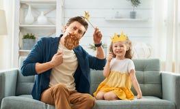 Bringen Sie und seine Tochter mit Papierzubeh?r hervor stockfotos
