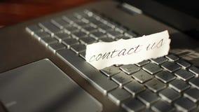 Bringen Sie uns in Kontakt Handgemachte Mitteilung mit kalligraphischem stock video