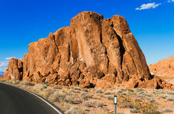 Bringen Sie in Wüste mit blauem Himmel als Hintergrund an Lizenzfreie Stockfotos
