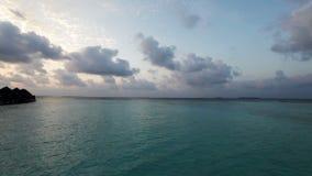 Bringt über Sonnenuntergang des Wassers zu der Zeit unter maldives stock video
