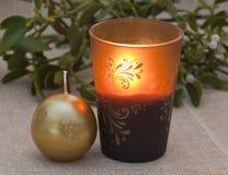 Brinna stearinljus och mistletoe royaltyfria foton