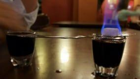 Brinnande absint i en stång Royaltyfri Bild