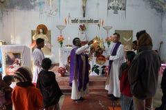 Brinnande Adventstearinljus i katolsk kyrka i Baidyapur, västra Bengal, Indien Royaltyfria Foton