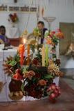 Brinnande Adventstearinljus i katolsk kyrka i Baidyapur, västra Bengal, Indien Royaltyfri Fotografi