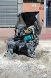 Brinnande avfallfack på gatan av Marrakech arkivfoto