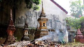Brinnande avfalls på ossuaryen stock video