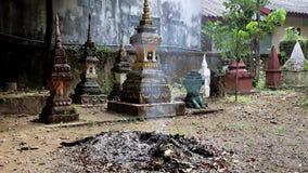 Brinnande avfalls på ossuaryen på en buddistisk kloster stock video