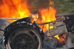 Brinnande bil Fotografering för Bildbyråer
