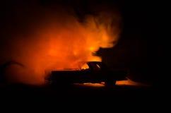 Brinnande bil på en mörk bakgrund Bil som fångar brand, efter handling av den indicent vandalism eller vägen Royaltyfria Bilder