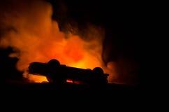 Brinnande bil på en mörk bakgrund Bil som fångar brand, efter handling av den indicent vandalism eller vägen Fotografering för Bildbyråer