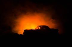 Brinnande bil på en mörk bakgrund Bil som fångar brand, efter handling av den indicent vandalism eller vägen Arkivfoton