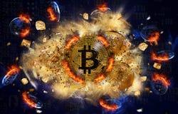 Brinnande bitcoinmynt och kulle av guld- klumpar Arkivfoto