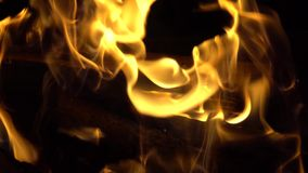 Brinnande brand en brand i mörkret arkivfilmer