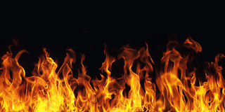 Brinnande brandflamma på svart bakgrund Arkivbilder