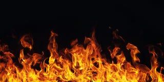 Brinnande brandflamma på svart bakgrund Royaltyfri Bild