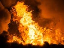 Brinnande brandflamma på trähustaket arkivfoton