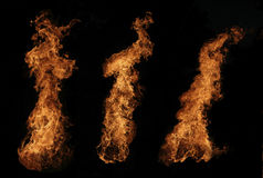 Brinnande brasa på natten Arkivfoto