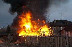 Brinnande byggnad Arkivfoto