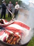 Brinnande ceremoni för flagga Royaltyfri Fotografi