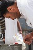 Brinnande extraktpinnar för indisk man i tempel Royaltyfri Foto