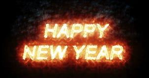Brinnande för brandord för lyckligt nytt år text med flamman och rök i brand på svart bakgrund med den alfabetiska kanalen, 2018, arkivfilmer