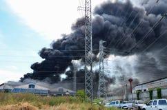 Brinnande fabrik för brand Royaltyfria Bilder