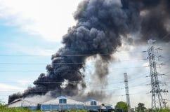 Brinnande fabrik för brand Arkivbilder