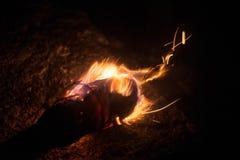 Brinnande fackla i den kalla vintern arkivfoto