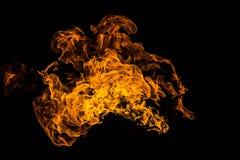 Brinnande flamma eller brand som isoleras p? svart bakgrund vektor illustrationer