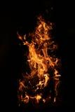 Brinnande flamma på svart Arkivbild