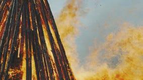 Brinnande flammande påskbrand