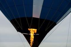 Brinnande gasbrännare för närbild, flamma av ballongen för varm luft med För bakgrund bakgrund, substrate, sammansättning Arkivbild