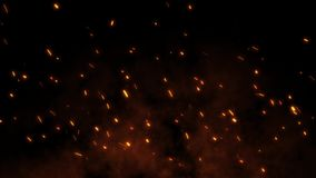 Brinnande glödheta gnistor flyger i väg från stor brand i natthimlen
