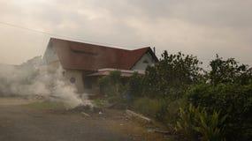 Brinnande gräs i trädgård av tappninghuset - bygd Vietnam arkivbilder