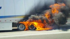 Brinnande halv-lastbil släp royaltyfria foton