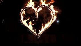 Brinnande hjärta på en mörk bakgrund på natten stock video