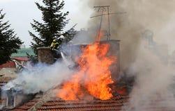 Brinnande hustak royaltyfria bilder
