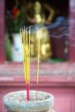 Brinnande josspinnar i pagoden, Saigon, Vietnam Arkivfoto