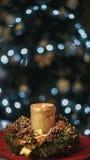 Brinnande julljus på trädbakgrund Arkivfoto