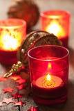 Brinnande jullyktor och garnering Fotografering för Bildbyråer