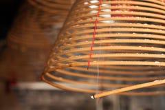 Brinnande kinesiska runda josspinnar Arkivbild